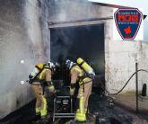 Bomberos apagan incendio declarado en instalaciones de una empresa de piensos en Alhama de Murcia