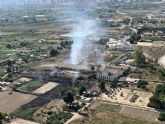 Agente Medioambiental da por extinguido el incendio en zona de huertos abandonados en Palacios Blancos, Lorquí