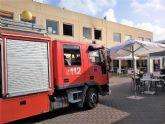 Sanitarios han atendido a un hombre afectado por el humo en el incendio en la cocina de un restaurante de Mazarr�n