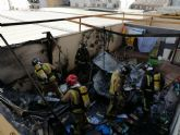 Bomberos apagan el incendio declarado en un patio interior de una vivienda en Lorca