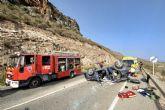 Servicios de emergencia rescatan y trasladan al hospital a dos heridos en accidente de tr�fico en Mazarr�n