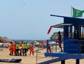 Servicios de emergencia rescatan, atienden y trasladan al hospital a un varón de mediana edad en la playa de la Reya en Mazarrón