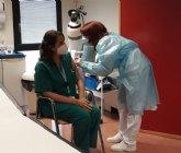 Los días 15 y 16 se procederá a la vacunación de los profesionales que desempeñen su trabajo en clínicas privadas con atención directa a pacientes