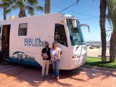 La directora general de Bienes Culturales, María Comas visitó el Bibliobús 'Un verano de libro' en Santiago de la Ribera