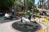 Acondicionan el 醨ea de juegos infantiles del jard韓 del Centro Sociocultural La C醨cel, en la avenida de Lorca