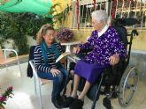 """El servicio de la biblioteca municipal """"Voy a leer a tu casa"""" se estrenó ayer, con una usuaria de 90 años"""