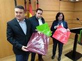 La Junta Municipal de Puente Tocinos, presidida por el PSOE, distribuye 2.000 bolsas ecológicas entre los comercios de la pedanía