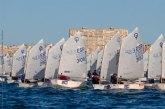 Carlos Espí lidera la flota Optimist en el arranque de la Semana Náutica de Alicante