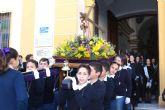 Los niños portan la imagen del Nazareno en Puerto Lumbreras
