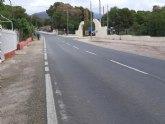 Piden la colocaci�n de ralentizadores de velocidad y la construcci�n de una glorieta que regule el acceso a la urbanizaci�n �La Charca�