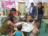 La consejera de Familia visita la escuela de verano de Alcantarilla