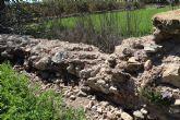 Huermur denuncia el preocupante estado del albercón medieval de Monteagudo