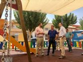 El Ayuntamiento trabaja para llevar la sombra a todas las áreas de juego infantil de barrios y pedanías
