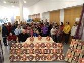 Usuarios de los Centros de Día para la Discapacidad entregan a la Asociación de Comerciantes los detalles navideños