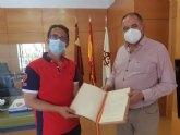 El presidente de FEDER entrega al alcalde el Libro de Oro de la Ciudad firmado por SM la Reina tras su visita al municipio