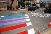 Finalizan los trabajos de repintado de los pasos de peatones con los colores de la bandera arcoíris en la plaza de la Constitución para concienciar de los derechos del colectivo LGTBI