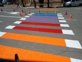El PP denuncia la ilegalidad de pintar los pasos para peatones de colores y exige su restitución inmediata
