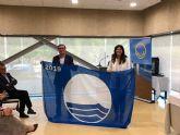 La Fundación para la Educación Medioambiental entrega a la Cala de Calnegre la Bandera Azul, la cual reconoce el excepcional estado de las playas lorquinas