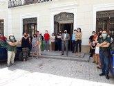 Corporación y funcionarios se concentran a las puertas del ayuntamiento contra la violencia machista