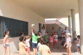 La alcaldesa visita a los niños que participan en la Escuela de Verano 'I love campus'