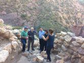Técnicos de Patrimonio Histórico de la Comunidad Autónoma evalúan el estado de la muralla del yacimiento arqueológico de La Bastida