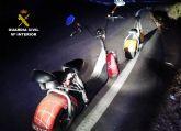 La Guardia Civil sorprende a una joven pareja circulando en los conocidos como patinetes a motor por autovía