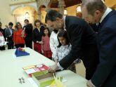 La niña Ana Tárraga, ganadora regional del concurso 'Qué es un rey para ti' explicó al Rey su trabajo