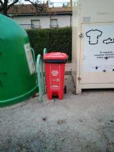RECICLOS anima a los bullenses a seguir reciclando con un árbol de Navidad hecho con latas y botellas de plástico