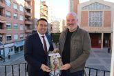 La Sociedad Geográfica de la Región de Murcia entrega al alcalde el calendario para 2019 elaborado con bellos paisajes de la geografía regional