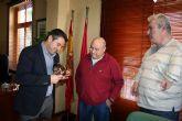 AVITE muestra al Alcalde de Alcantarilla el premio León de Bronce obtenido en el Festival de Cannes
