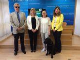 Los perros guía de la ONCE muestran en Molina de Segura cómo dan seguridad y movilidad a las personas ciegas