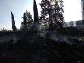 Bomberos sofocan el incendio declarado en el exterior de un almacén de frutas en Totana