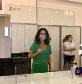 Turismo destina 6.300 euros para instalar mamparas y códigos QR en la red de oficinas de la Región