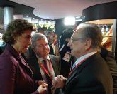 La ministra de Sanidad, Servicios Sociales e Igualdad conversa con el presidente de ELPOZO ALIMENTACI�N