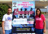Los corredores de la 'XXII Carrera Nocturna Fiestas de Las Torres', con la camiseta de los deportistas de la UCAM