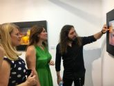 La consejera de Cultura visita en Mazarrón la exposición 'Aqua' del pintor realista Carlos Montero