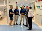 El alcalde de San Javier, José Miguel Luengo y el consejero de Salud, Manuel Villegas el hospital Los Arcos donde se ha interrumpido la cirugía programada