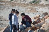 Estudiantes de San Javier analizan con la UPCT la basura marina enla playa de La Llana