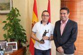 El alcalde felicitól al gerente de la tienda Blukids, de PAY2 Moda Infantil, por su reciente Premio Mercurio al Comercio