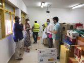 Los participantes del Programa de Empleo Público Local llevan a cabo trabajos de pintura en el colegio Joaquín Tendero