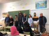 Voluntarios del Banco del Tiempo dan clases de español a 20 madres de alumnos en el colegio El Mirador