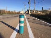 El Ayuntamiento realiza trabajos de repintado de marcas viales y reposición de bolardos y luminarias en la carretera de Santa Ana