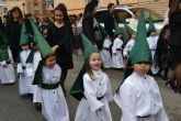 Alumnos del colegio San Pedro Apóstol trasladan en procesión la talla de San Juan