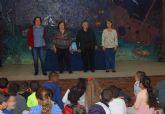El taller Cuenteando de la Concejalía de Igualdad se pasea por los colegios