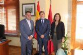 El alcalde de Alcantarilla, Joaquín Buendía, recibe en el Ayuntamiento, al nuevo director general de Hero España, Javier Uruñuela