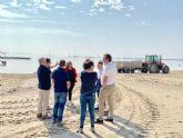 La directora general del Mar Menor, Miriam Pérez comprueba las labores de limpieza del Mar Menor en Santiago de la Ribera