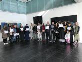 Entrega de diplomas a los participantes en el taller de reparación de calzado