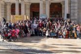 Cientos de migrantes escuchan el manifiesto del Consistorio de compromiso con esta realidad social