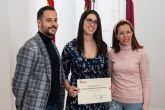 La alcaldesa y el concejal de Juventud felicitan a la ganadora del Premio Joven Extraordinario