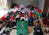 La Guardia Civil se incauta de cerca de 350 prendas de vestir y 20 perfumes falsificados en un comercio de Águilas